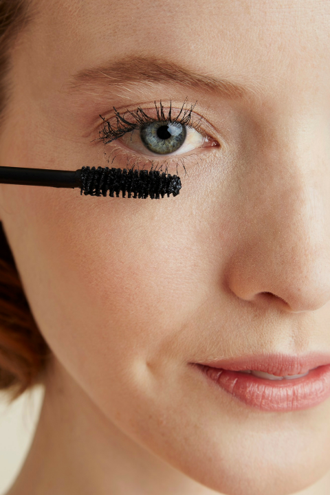 How To Apply Mascara Without Clumping (Makeup for